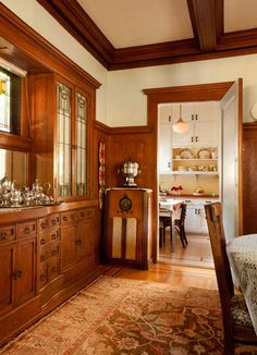 Friendly Kitchen in a 1912 Foursquare Beyond the kitchen's breakfast nook is the dining room, with its beautiful white-oak cabinets and leaded glass. The cabinet radio is vintage. Craftsman Interior, Craftsman Kitchen, Craftsman Style Homes, Craftsman Bungalows, Craftsman Style Interiors, Bungalow Interiors, Kitchen Interior, Home Design, Interior Design