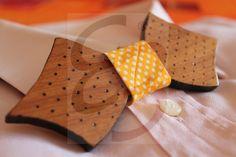 Papillon in legno di ayous con disegni e  bordi realizzati a mano e con nodo in tessuto a pois