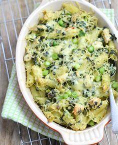 Mmm, lekker is deze pasta ovenschotel met spinazie en kip. De roomkaas maakt het geheel af. Ga jij het proberen? Eet smakelijk!