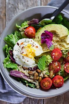 This Poached Egg Avocado Breakfast Salad is SO good! A perfect balance of protei… This Poached Egg Avocado Breakfast Salad is SO good! A perfect balance of protein, healthy fats, grains, and vegetables! Breakfast Salad, Avocado Breakfast, Healthy Breakfast Recipes, Brunch Recipes, Vegetarian Recipes, Healthy Recipes, Breakfast Ideas, Breakfast Bowls, Mexican Breakfast