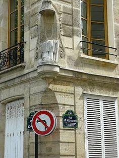 Extrémité de la rue sur le quai de Bourbon. On aperçoit gravée l'ancien nom de la rue, «rue de la Femme sans Teste», au-dessus de la plaque du nom actuel.