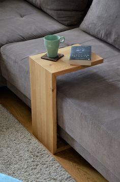 Ein einfaches Design kann oft wunder bewirken. In seiner Funktionalität und Form schlüssig. Der Couchbutler passt zu jeder Couch in seinem eleganten und unaufdringlichen Erscheinungsbild. zu finden auf: www.atelier-schenboeck.at Butler, Elegant, Form, Couch, Table, Furniture, Home Decor, Atelier, Classy