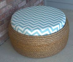 Shabby Chic Tire Ottoman or Coffee Table diy Do It Yourself Furniture, Diy Furniture, Sisal, Easy Diy Projects, Home Projects, Pouf Bleu, Tire Seats, Tire Chairs, Tire Table