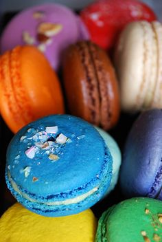 Macaroons - love that blue in the foreground Macarons, Macaroon Cookies, Cupcake Cookies, Profiteroles, Macaroons Wedding, French Macaroons, Rainbow Food, Pick And Mix, Summer Picnic