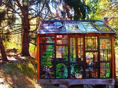 Artist Neile Cooper built this dreamy stained Glass Cabin in the middle of the woods. The Glass Cabin is made almost entirely from repurposed window frames and lumber. Glass Wall Art, Stained Glass Art, Stained Glass Windows, Glass Walls, Window Glass, Glass Vase, Verre Design, Glass Design, L'art Du Vitrail