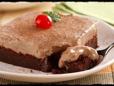 Ingredientes  2 pacotes de cookies de chocolate 100 g de margarina 1 lata de leite condensado 2 embalagens de cream cheese (300 g) 150 g de chocolate ao leite picado Cerejas em