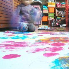 Mañana os cuento en el blog como nos lo pasamos con nuestro primer #trythisonmonday  de @soynuriaperez pintando con globos!  porque #jugaresesencial (casi no llego @rejuega) y si es en familia, mejor! #bonanit #creatividad #jugar #manualidades #hayvidadespuesdelcole
