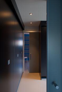 Schuifdeur met bovenrail op normale deurhoogte bevestigd boven de deuropening