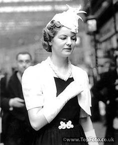 Deborah Mitford at Waterloo Station 1938, on her way to the second day of races at Ascot.  Daughter of Lord Redesdale, she later became Duchess of Devonshire. / Y2000 Credit:Topham Picturepoint. topfoto.co.uk.
