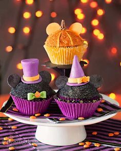 Mickey's Not So Scary Halloween Cupcakes - with step-by-step instructions. Mickey's Not So Scary Halloween Cupcakes - with step-by-step instructions. Disney Halloween, Mickey Mouse Halloween, Menu Halloween, Dessert Halloween, Halloween Birthday, Halloween Treats, Baby Halloween, Halloween Eyeballs, Halloween Tombstones