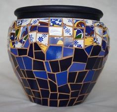 Colonial. www.facebook.com/CacarecoArteMosaico Mosaic Planters, Mosaic Vase, Mosaic Flower Pots, Mirror Mosaic, Mosaic Garden, Mosaic Bottles, Mosaic Stepping Stones, Mosaic Artwork, Mosaic Madness