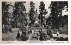 Plaza Chacón o Jardín de Santa Isabel como popularmente era conocido entre los murcianos, porque fué levantado en el solar que ocupaba el convento de Santa Isabel hasta 1836, que fué derruido. Fotografía mediados de siglo pasado.