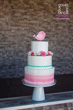 Pastel de bautizo con degradado, flores naturales y pajarito de pasta de goma. Gumpaste bird, pink and tiffany baptism cake.