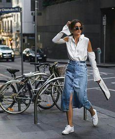 Midi denim skirt & cut-out shirt Outfit Jeans, Long Denim Skirt Outfit, Midi Rock Outfit, Denim Skirt Outfits, Midi Skirt Outfit, Jeans Vintage, Look Fashion, Fashion Outfits, Modest Fashion