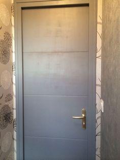 Réalisation de la peinture sur la porte.