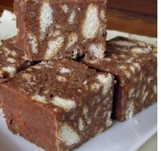 Brownies are an all time favourite. If you show up with brownies at a party people will love you. The good news is, if you show up with these raw vegan ca Healthy Treats, Healthy Desserts, Raw Food Recipes, Vegan Treats, Rice Krispie Treats, Rice Krispies, Nutella, Vegan Caramel, Caramel Brownies