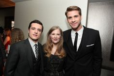 Suzanne Collins with Josh Hutcherson and Liam Hemsworth! // Suzanne Collins (the author of Hunger Games) is short! Nobody is shorter than Josh Hutcherson - and she is! Epic Movie, Suzanne Collins, Veronica Roth, Josh Hutcherson, Liam Hemsworth, John Green, Cassandra Clare, Hunger Games, Haha