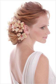 Penteado de noiva - coque com flores naturais.