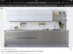 Cocina gris y blanca