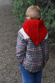 Crochet this beginner friendly hooded cowl. This free crochet pattern uses only basic crochet stitches. Quick and easy one skein project. Crochet Hooded Cowl, Hooded Scarf Pattern, Crochet Fox, Free Crochet, Crochet Hoodie, Simple Crochet, Beanie Pattern, Modern Crochet Patterns, Baby Hat Patterns