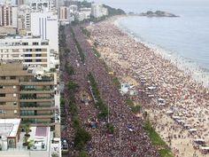"""10 FEV 2013, Carnaval de rua, Rio de Janeiro - Uma multidão toma a orla da Praia de Ipanema no desfile do bloco """"Simpatia é Quase Amor"""" (Foto: Fernando Maia/Riotur)"""