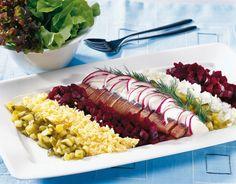 Herring á la Russe Fish Dishes, I Love Food, Cobb Salad, Tapas, Nom Nom, Appetizers, Food And Drink, Menu, Recipes