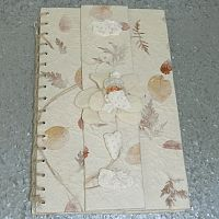 Babygastenboekje van geschept papier met popje in vilten bloem, sokjes en een hartje.    25x15,5 cm
