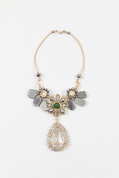 Maxi Collar | Exclusive Maxi Collar con centro de flor y piedras grandes con dije de cristal colgando. todo en cobre.