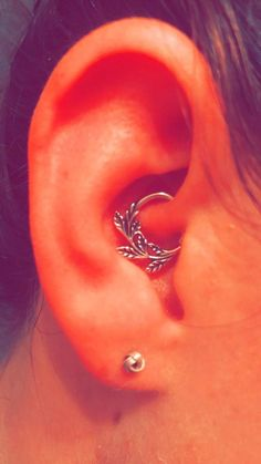 Vine daith piercing with leaves from Rebel Jewelry on Etsy Best Picture For Piercing nombril For Your Taste Innenohr Piercing, Daith Piercing Jewelry, Tattoo Und Piercing, Cute Piercings, Daith Rings, Migraine Piercing, Septum Piercings, Gauges, Gold Bar Earrings