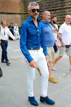デニムシャツに白パンツを合わせて紺白で仕上げたエレガントなコーディネートに