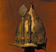 Dünyadaki ilk zırh M.Ö. 2000 yıllarında Mezopotamya 'da yapılmıştır. Yapılan ilk zırh bronz pullar kullanılarak yapılmıştır. Bronz pullarla yapılan ilk zırh ardından, Doğu 'da kullanılmaya başlandı. İlerleyen zamanlarda Japonya 'da samuray savaşçıları kullanmaya başladı. Batıda ise Yunanlar, bu zırhları geliştirme yolları aramış ve bacak ve göğüs bölgesini koruyucu nitelikte plakalar geliştirerek kullanmaya başlamışlardır.