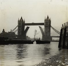 archive_TOWER_BRIDGE_WITH_RAISED_ARMS_1910_Bishopsgate_Inst_Archive.JPG