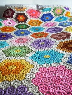 Using individual hexagon motifs, you can create large hexagon flowers in this gorgeous motif blanket