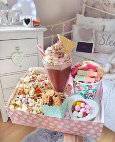 Monday film night w/ a cinema inspired sweet box, complete chocolate milkshake, Pic'n'mix & popcorn. Fun Sleepover Ideas, Sleepover Food, Slumber Parties, Banana Split, Yummy Treats, Sweet Treats, Yummy Food, Pyjama-party Essen, Movie Night Snacks