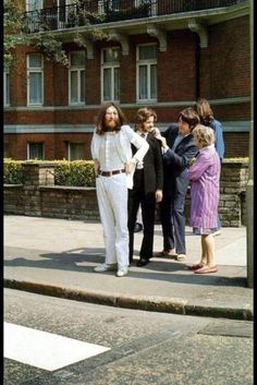 Moments before the iconic Abbey Road crossing (ci siamo andati ne'?) The Beatles - John Lennon, George Harrison (with Ringo Starr and Paul McCartney) Abbey Road, Ringo Starr, Paul Mccartney, George Harrison, John Lennon, The Beatles, Beatles Photos, Beatles Meme, Beatles Trivia