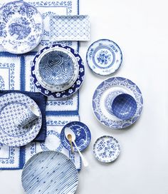 lattice pattern at the top Libelle 17 Hollands Blauw fotografie Sjoerd Eijkmans & styling Moniek Visser Blue And White China, Blue China, Love Blue, Color Blue, Blue Pottery, Ceramic Pottery, Delft, Blue Kitchen Designs, Blue Plates