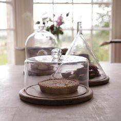 Présentoir à gâteau en manguier et cloche en verre recyclé Nkuku