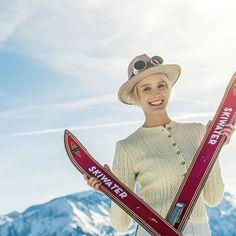 Was für ein geiles Wochenende! Wir hatten mit #skiwasser viel Spaß und eine tolle Zeit bei #Nostalski in #ZellamSee, dem größten Nostalgie-Skirennen in Europa. #einkehrschwung, #skihasen, #skibunny Steghose: #bogner Brille: #luistrenker Foto: @_camwork_, @_ChristianeMaria_