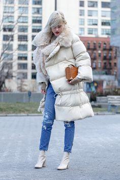 Faz frio nas ruas de Nova York. As baixas temperaturas, em alguns momentos negativas, são sentidas nos looks dos convidados da Semana de Moda de Nova York para o Inverno 2017. Paramentados com casacos de pele que enfeitam dias gélidos de sol com momentos de flocos de neve caindo do céu, os fashionistas incorporam com dignidade, glamour e nariz vermelho as intempéries do tempo. Não coincidentemente, a interpretação do inverno rigoroso aparece na cartela de cores e os looks mais interessantes…