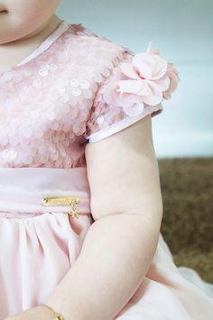 blog vittamina martina fashion kids ninali look natal look aniversario vestido nude com paetês laço rosa com strass e pérolas no cabelo 4