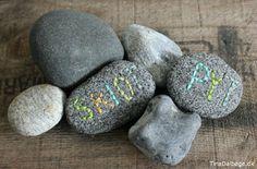 Sådan kan du brodere og skrive navne på sten Stone clay en ler der ligner sten som lufttørrer og er let at arbejde med. Fra Tina Dalbøges Kreahobshop.dk