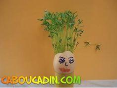Oeuf de Pâques personnage avec des cheveux en lentilles