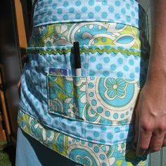 I have one of these and it is FABULOUS - Vendor Apron- craft show- I like the large pocket for money and the front smaller pockets for pen, cards, and sales receipt book Sewing Hacks, Sewing Crafts, Sewing Projects, Craft Fair Displays, Display Ideas, Craft Stalls, Apron Designs, Vintage Sheets, Craft Show Ideas