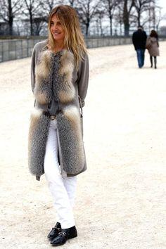 White denim and coat. Winter Fashion Looks, Autumn Winter Fashion, Winter Chic, Winter Style, Blazer Fashion, Fur Fashion, Chinchilla, Paris Fashion Week Street Style, Street Fashion