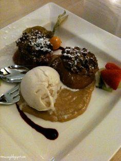 delicious roasted apple with peanut icecream yummy #vegan at Max Pett in Munich @muc.veg