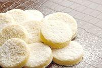 Bolachinhas de Baunilha da Nigella  100g de açúcar de confeiteiro    200g de farinha de trigo    100g de amido de milho (maisena)    200g de manteiga sem sal em temperatura ambiente    1 fava de baunilha (utilizar apenas as sementes)    Açúcar de confeiteiro, para polvilhar