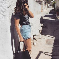 🤘🏼 ⚡️ . . . . . . #streetstyle #outfit #streetstyle #summeroutfit #outfitinspiration #outfitinspo #rippedjeans #jeansshorts #ootd #fashion #outfit #style #fashiongram #fashionaddict #liketkit #instafashion #instastyle #rockbandtee #sun #summer #summeroutfit #casualwear #casualchic