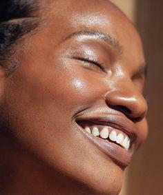 Esses são os melhores protetores solares para quem tem pele seca » STEAL THE LOOK Dark Skin Tone, Tan Skin, Dark Skin Makeup, Daily Makeup, Green Tea Extract, Bronzer, Natural Skin, Glamour, Skin Care