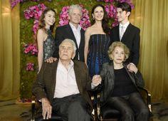 Kirk Douglas celebra su 100 cumpleaños rodeado de estrellas