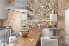 crédence cuisine en carreaux de ciment multicolores, mobilier blanc laqué, chaises assorties et plan de travail en bois massif